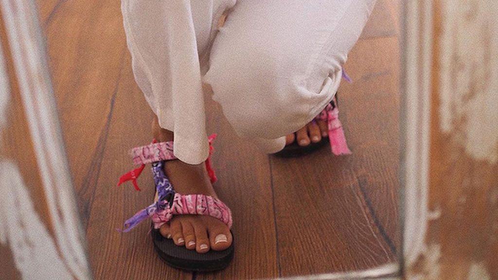 Cuatro palabras y una tendencia de verano por todas partes: sandalias de dos tiras
