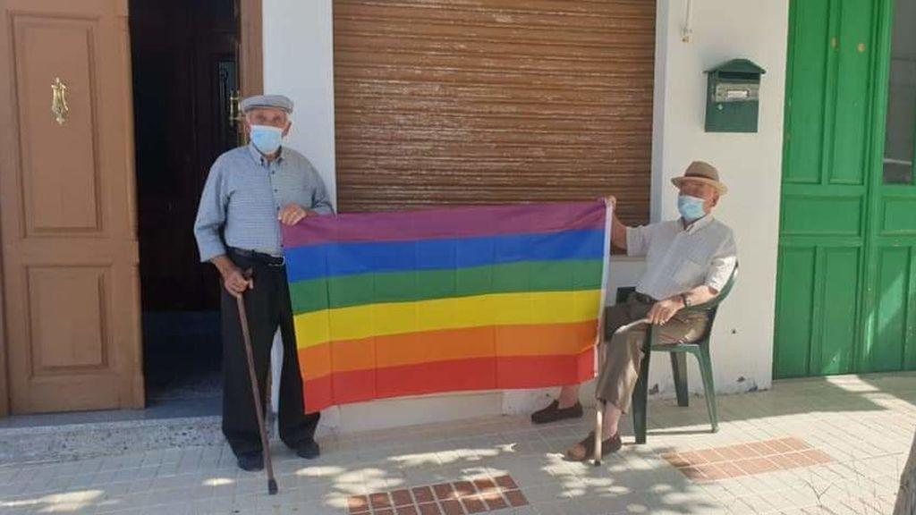 Piden quitar una bandera LGTBIQ+ y sus vecinos cuelgan 400