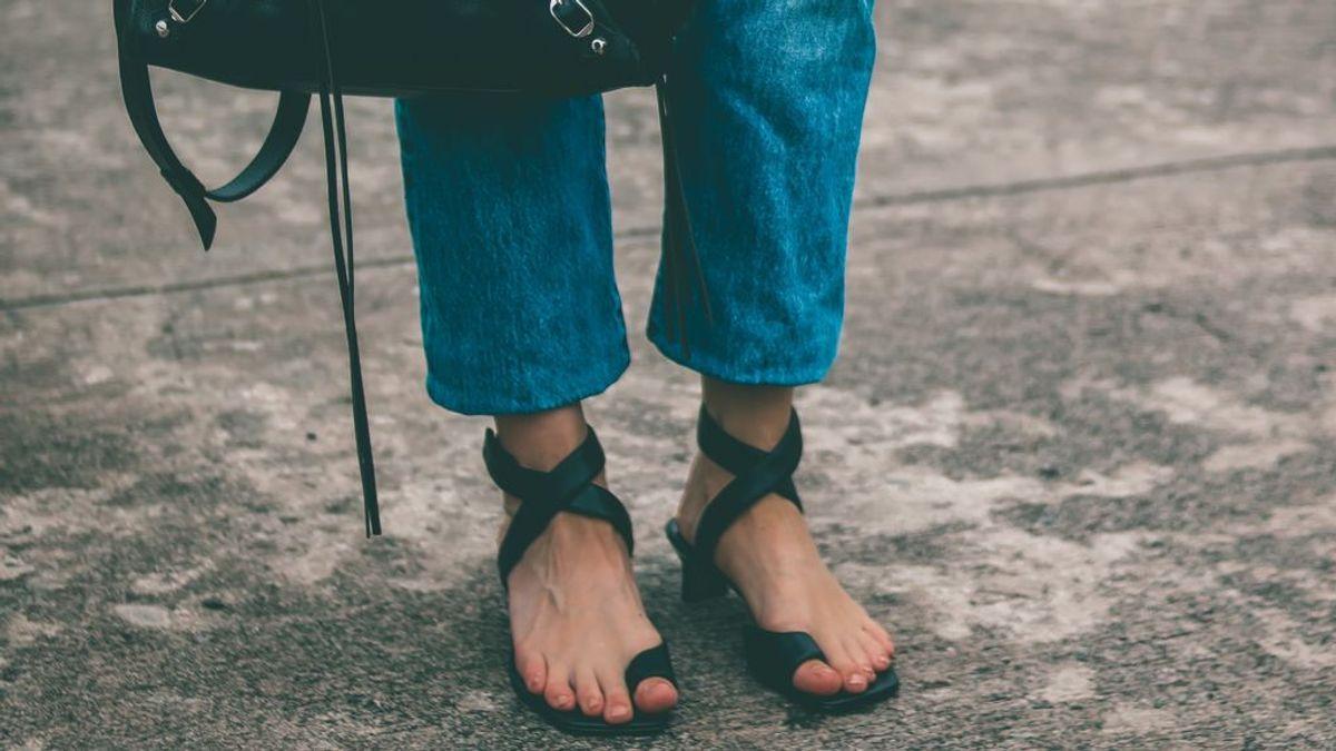 Estos son los mejores pantalones vaqueros para llevar con sandalias y no quitarte este combo en todo el verano