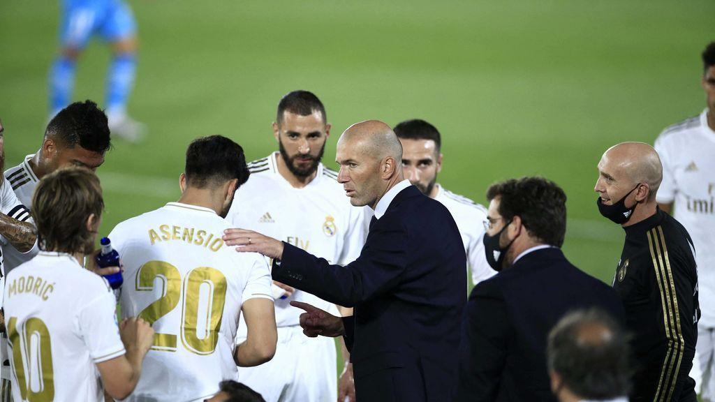 Los jugadores, atentos a las palabras de Zidane
