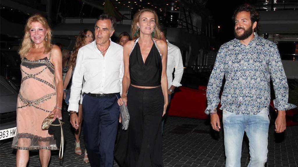 Manolo Segura y su mujer, con Tita Cervera y su hijo en común, Borja Thyssen