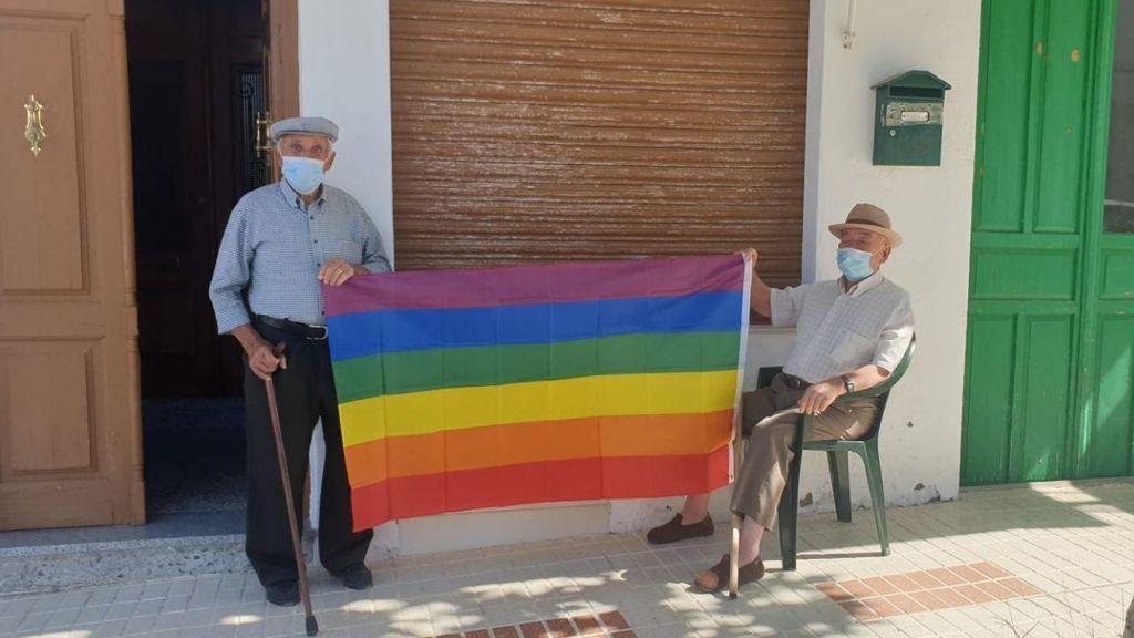 El ayuntamiento de Villanueva de Algaidas se ve obligado a retirar una bandera LGTBI y los vecinos colocan 400 en sus casas