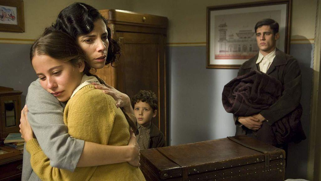 Su primera aparición en el cine fue en 'Los girasoles ciegos', donde conoció a Irene Escolar.