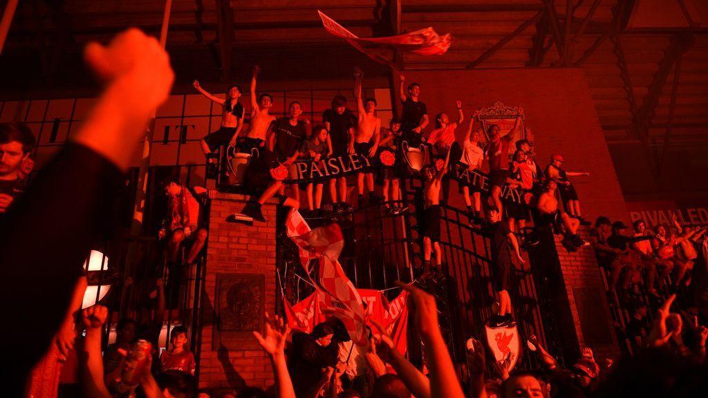 Miles de aficionados del Liverpool celebran la liga como si no hubiese coronavirus