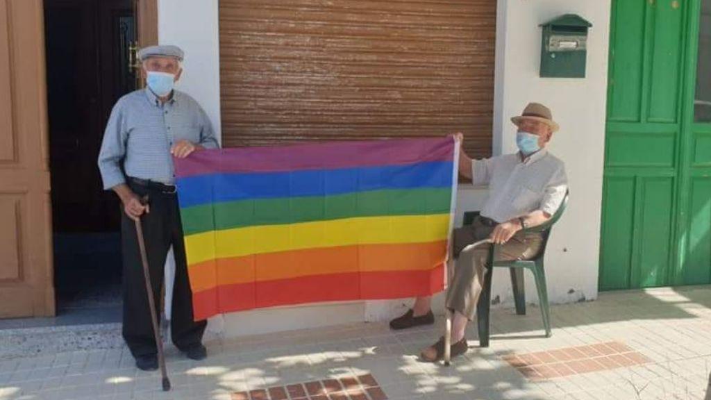 Abuelos del pueblo con banders