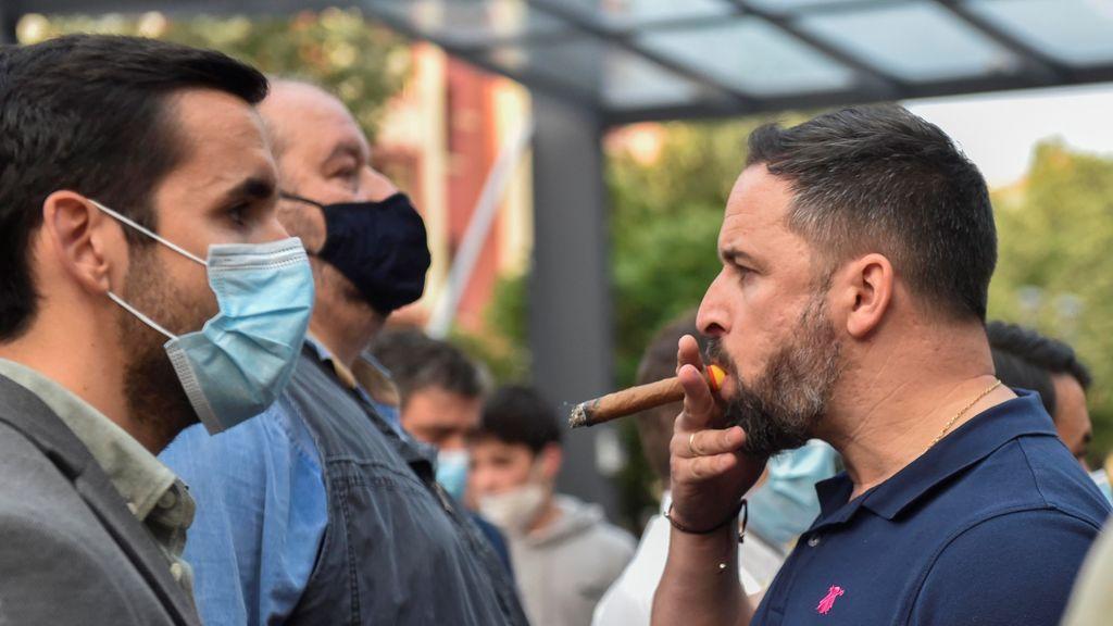 Santiago Abascal, fumándose un puro