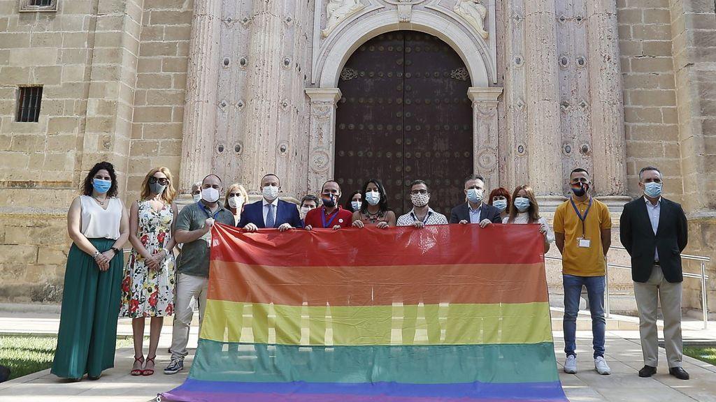 El lío de las banderas LGTBI: ¿se pueden colocar en edificios públicos a pesar de la sentencia del Supremo?