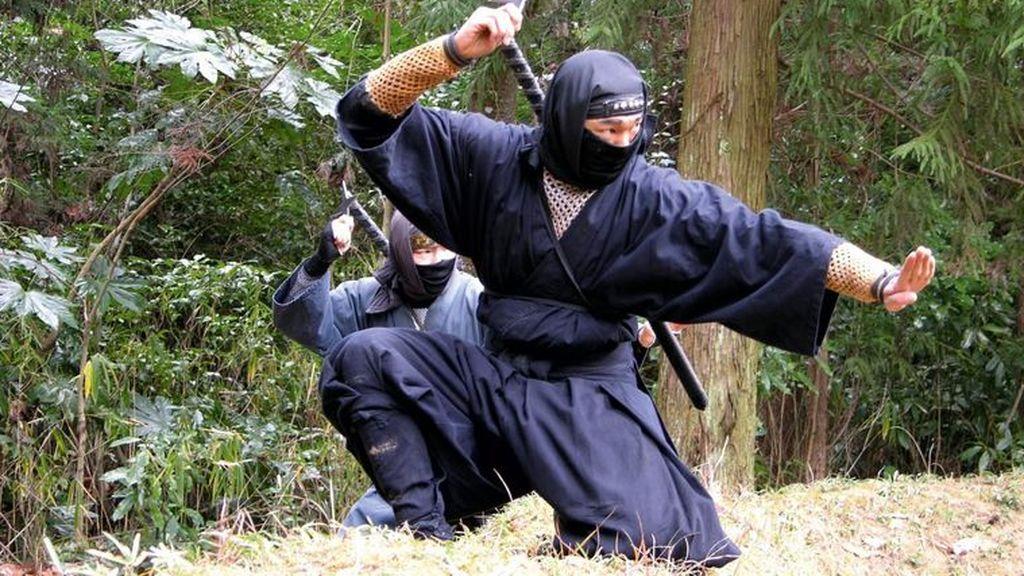 Imagen de archivo de dos personas vestidas de guerreros ninjas