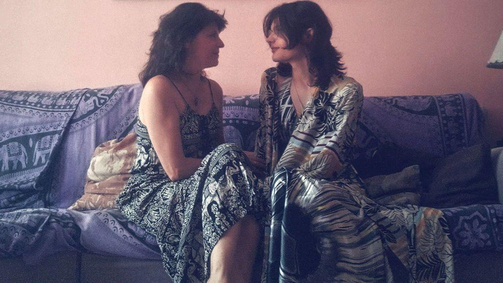Miryam y Zoe: complicidad y amor entre una madre y su hija trans mientras charlan de hormonas, disforia o cispassing