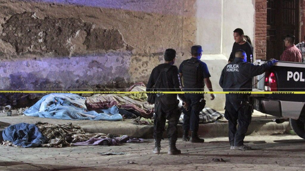Guerra de narcos en México: encuentran al menos 15 cadáveres apilados en una carretera