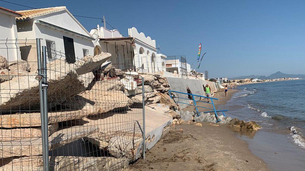 La playa de Les Deveses en ruinas