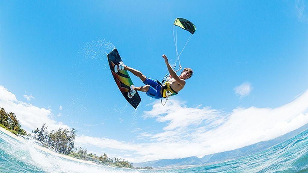 Deportista haciendo kitesurf
