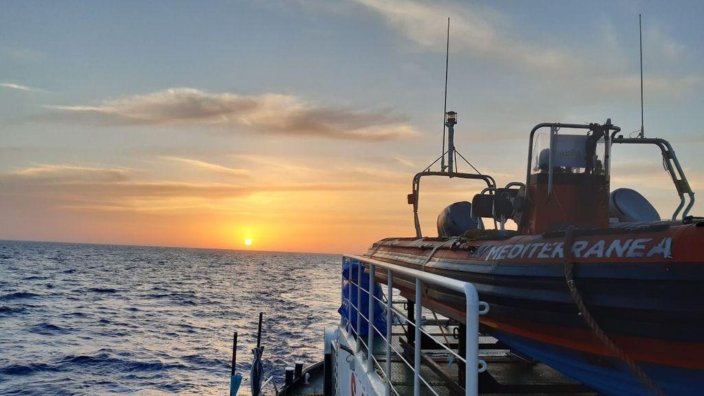 Una mujer da a luz en una lancha hinchable cerca de las costas libias:  6 migrantes de la embarcación han muerto