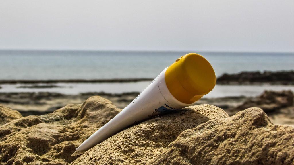 Verdades y mentiras a la hora de aplicarse la crema solar: ponerse protector es innecesario en la sombra y otros mitos