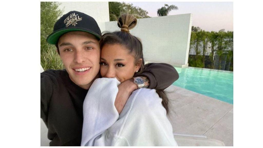 Ariana Grande abrazada a Dalton Gómez