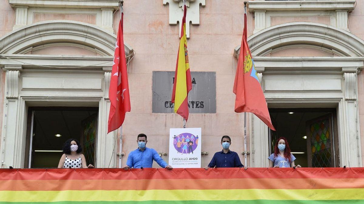 El juez Yusty, que paralizó las obras para exhumar a Franco, mantiene la bandera LGTBi en Alcalá de Henares