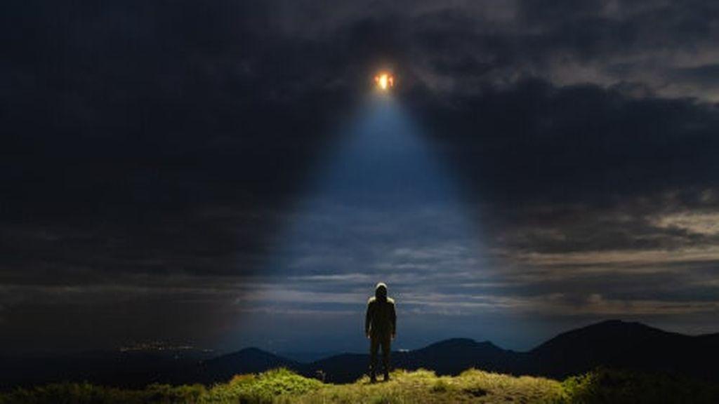 hombre-viendo-luz-cielo