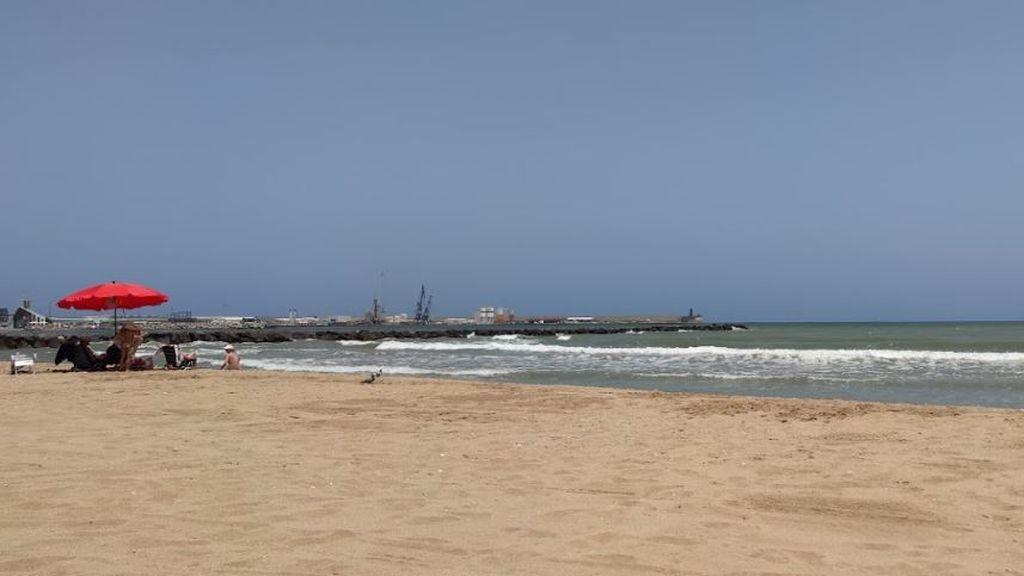 El heroico gesto de un policía fuera de servicio: salva a una familia de ahogarse en un playa de Melilla