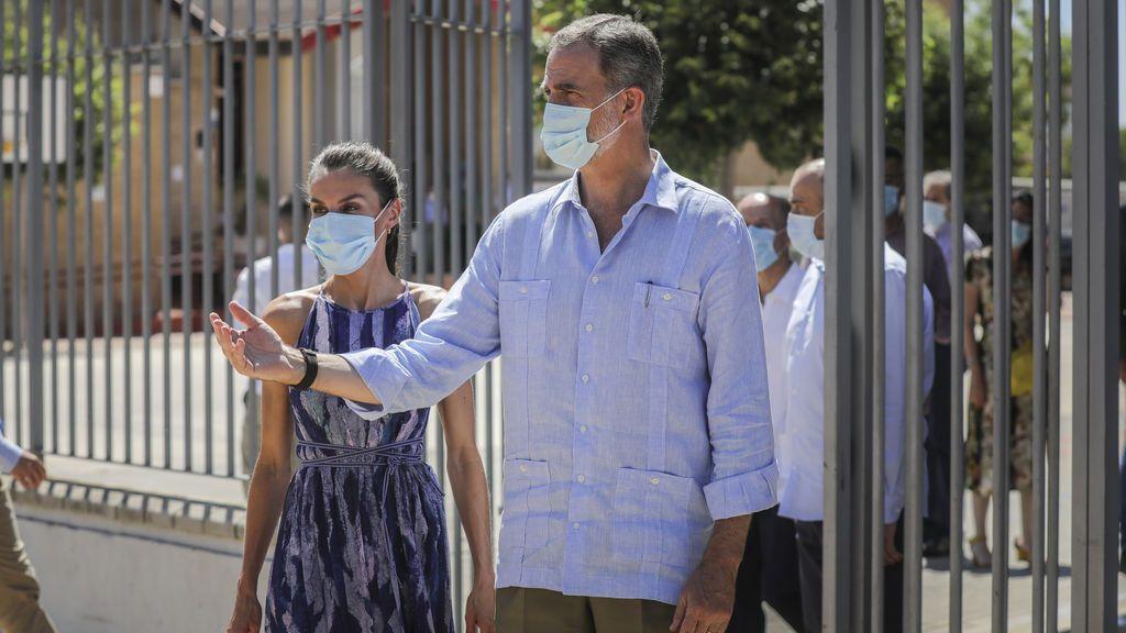 El rey recupera la guayabera cubana en su visita a Sevilla