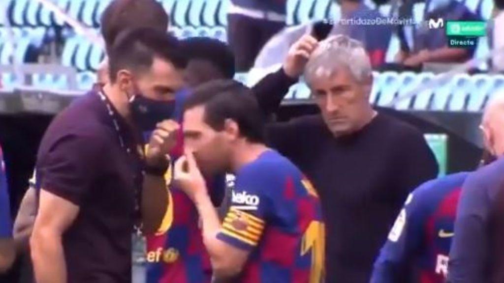 Messi se aleja del corrillo mientras habla Sarabia.