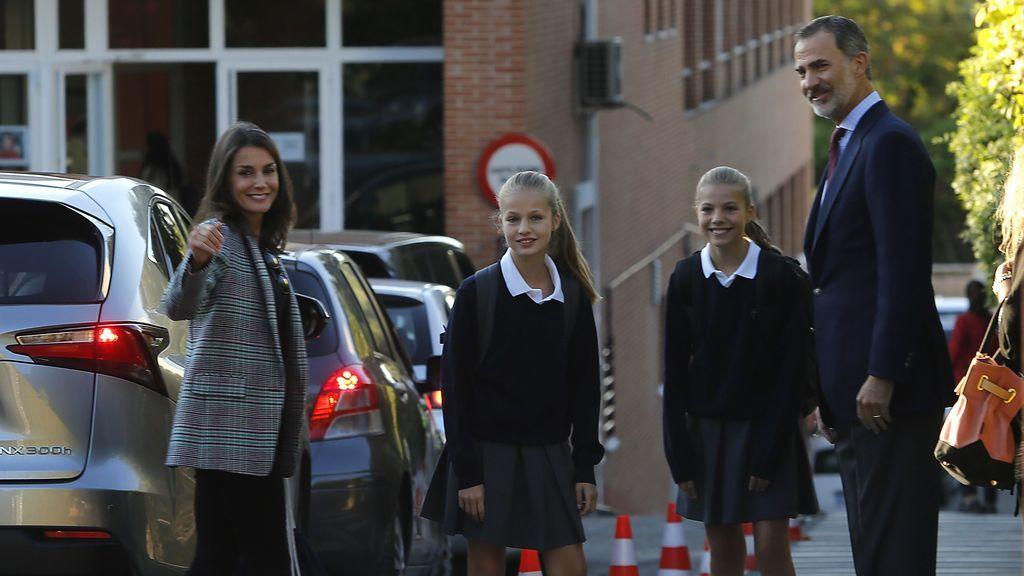 La familia real, a las puertas del colegio Santa María de los Rosales