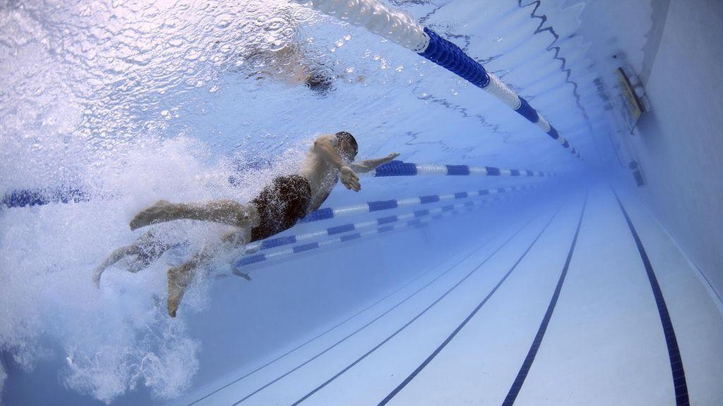 Practica natación y fortalece tu espalda a partir de los 50