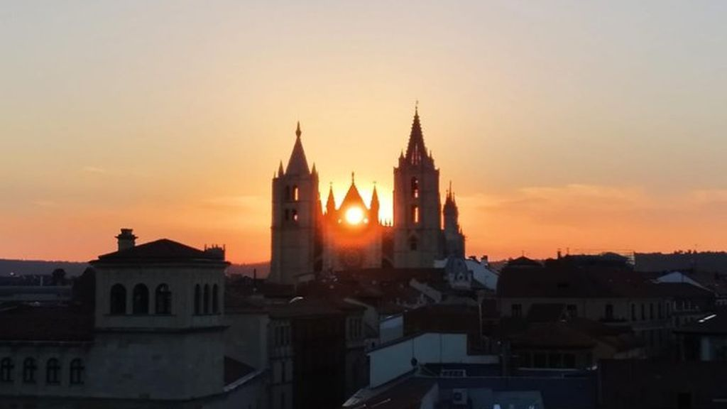El solsticio a través del rosetón: los 30 segundos mágicos de la Catedral de León