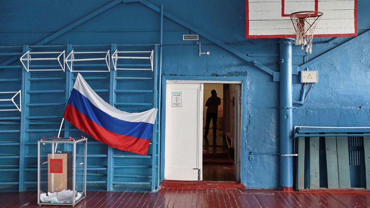 Putin podrá aferrarse al poder hasta 2036, según un sondeo a pie de urna