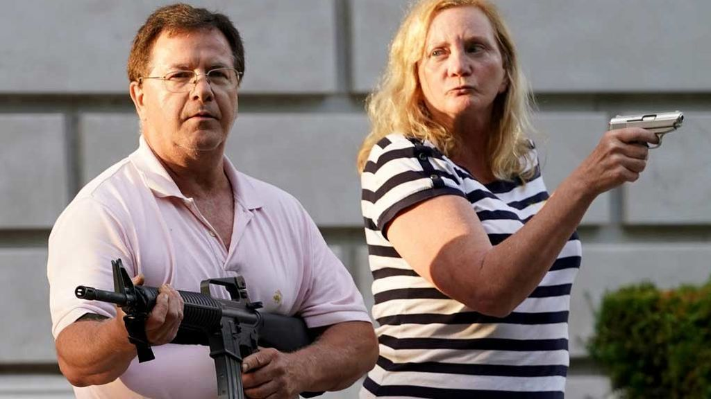 Mark y Patricia McCloskey, apuntando con sus armas a manifestantes en San Luis (Missouri)