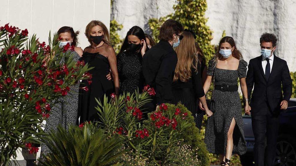 Ana Obregón, rodeada de familiares y amigos en el funeral de su hijo Álex