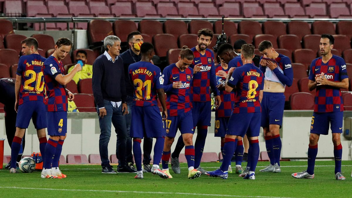 Los jugadores del Barcelona y Setién, en una pausa de hidratación.