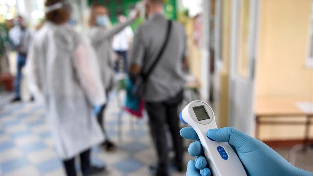 Un sanitario con un termómetro