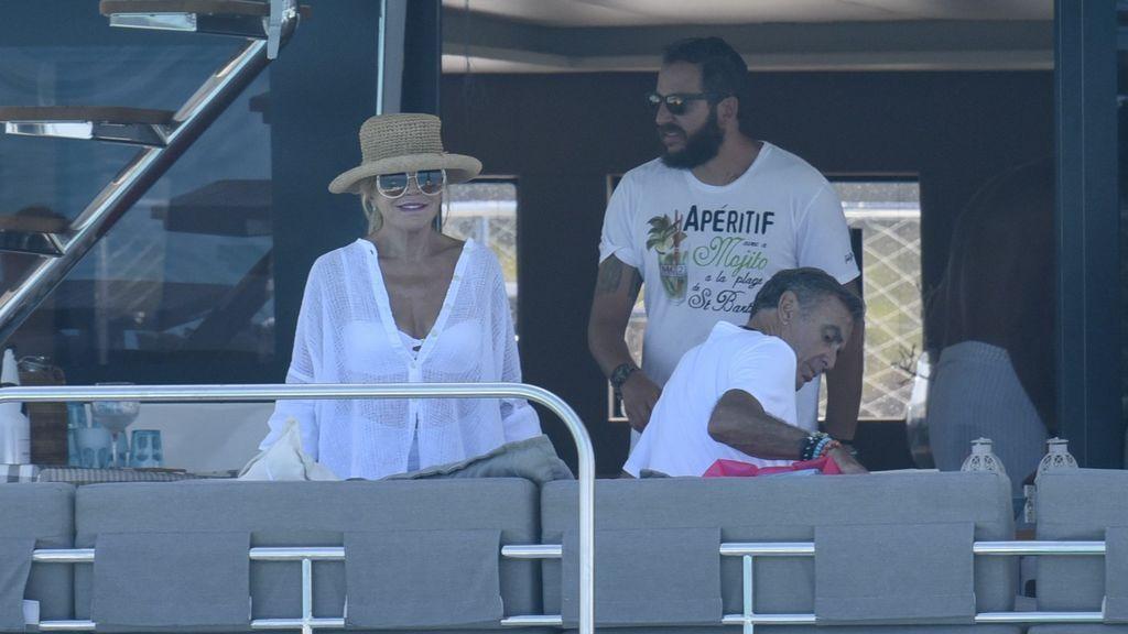 Carmen Cervera en unas vacaciones junto a su hijo y Manolo