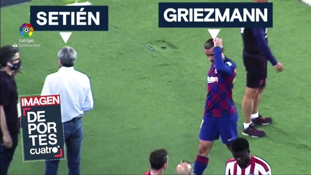 Setién recibe a sus jugadores tras el empate ante el Atlético: Messini le mira, palmadita a Suárez y da la espalda a Griezmann