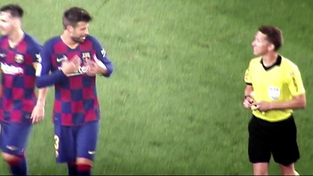 Piqué protesta a Hernández Hernández en el Barça - Atlético.