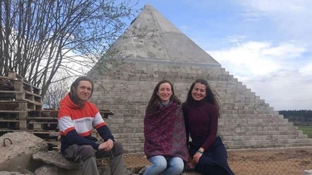 Una pareja rusa construye en su patio una réplica de la pirámide de Guiza