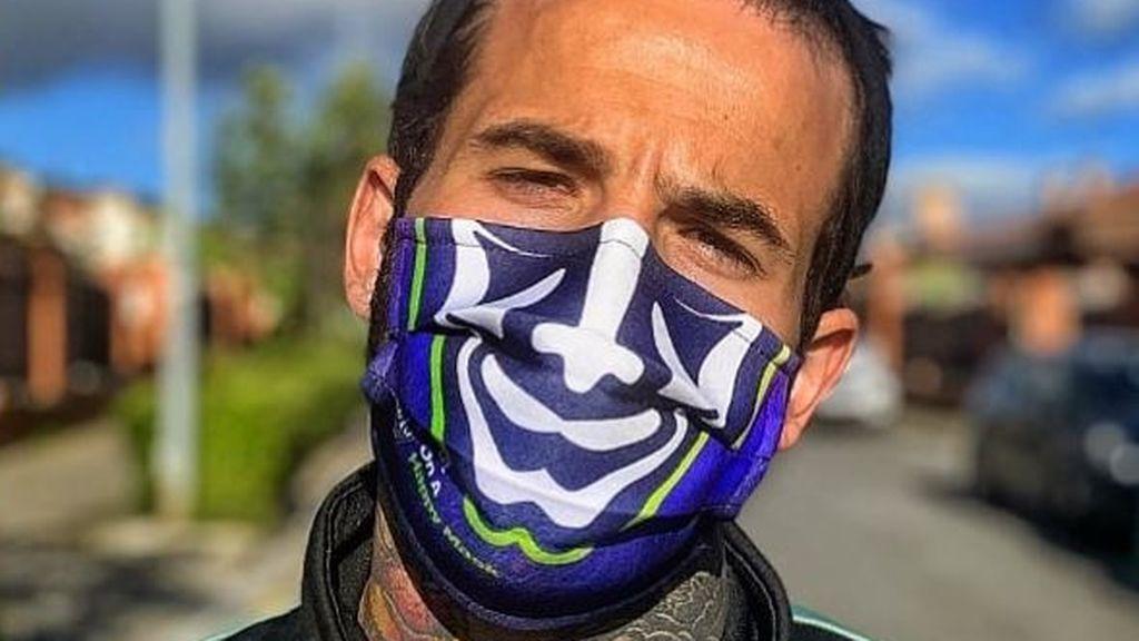 Rubén García con una mascarilla con su diseño del Joker