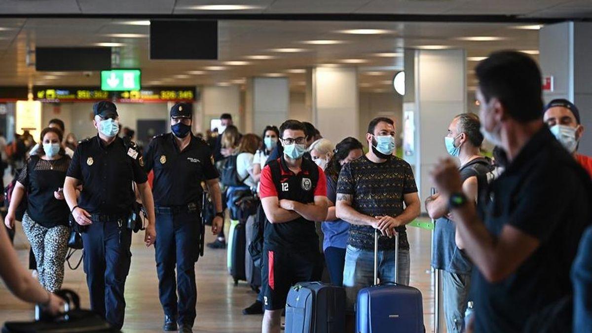 Temperatura, control visual y documentación, pero no test: el miedo a que los controles en aeropuertos no sean suficientes