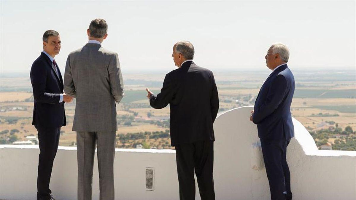 El rey y Sánchez en la reapertura de la frontera con Portugal, sin mascarillas