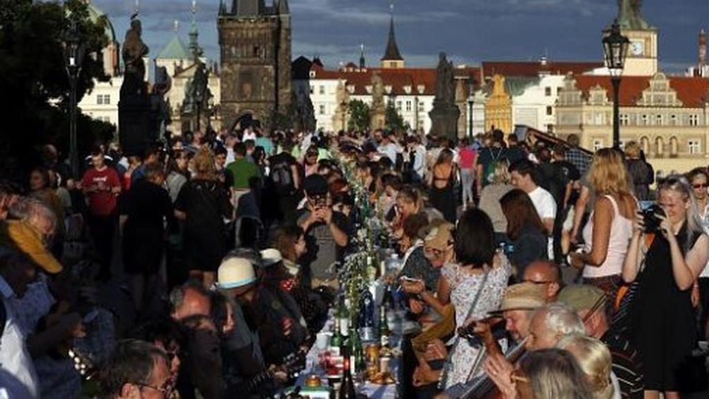 Fiesta en Praga para despedir el  coronavirus