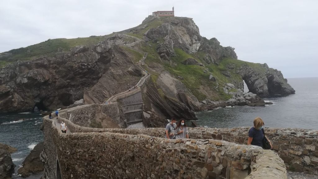 """San Juan de Gaztelugatxe recibe a sus primeros visitantes tras meses en 'cuarentena': """"Somos unos afortunados"""""""