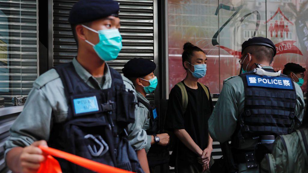 Un hombre con una bandera independentista, primer detenido en Hong Kong por la nueva ley de seguridad china