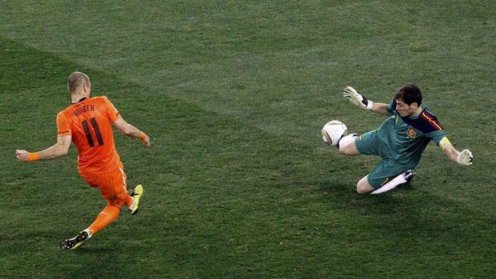 Las mejores paradas de Iker Casillas con la Selección: vota por tu favorita