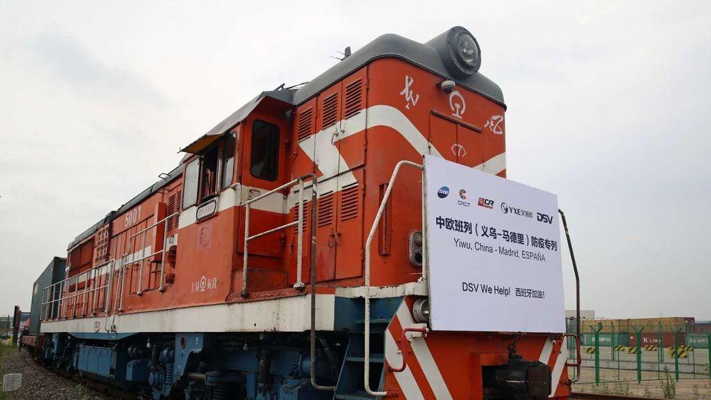 Llega a Madrid el primer tren chino con 28 millones de mascarillas 425.000 buzos desechables