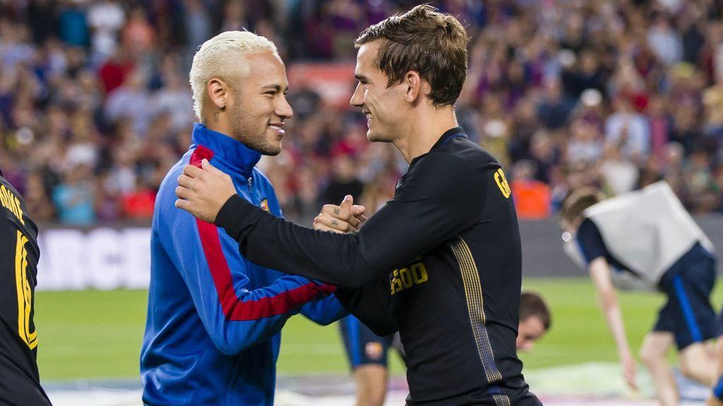 Antoine Griezmann y Neymar, saludándose en un Barcelona - Atlético.