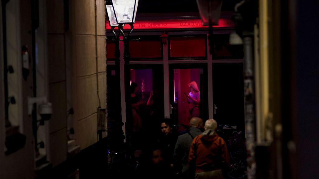 Prohibido besar: reabre el barrio rojo de Ámsterdam con nuevas reglas tras el coronavirus