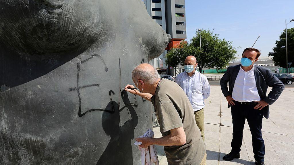 Pintan con spray 'La mujer de Coslada' y Antonio López, su creador, acude a repararla