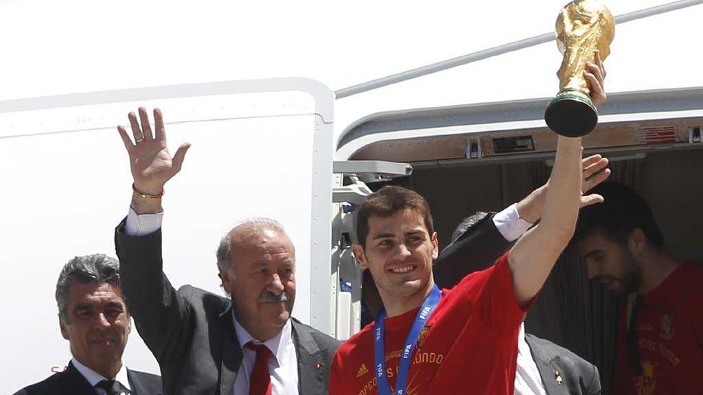 Vicente del Bosque e Iker Casillas celebran la Copa del Mundial 2010 a su llegada a Barajas