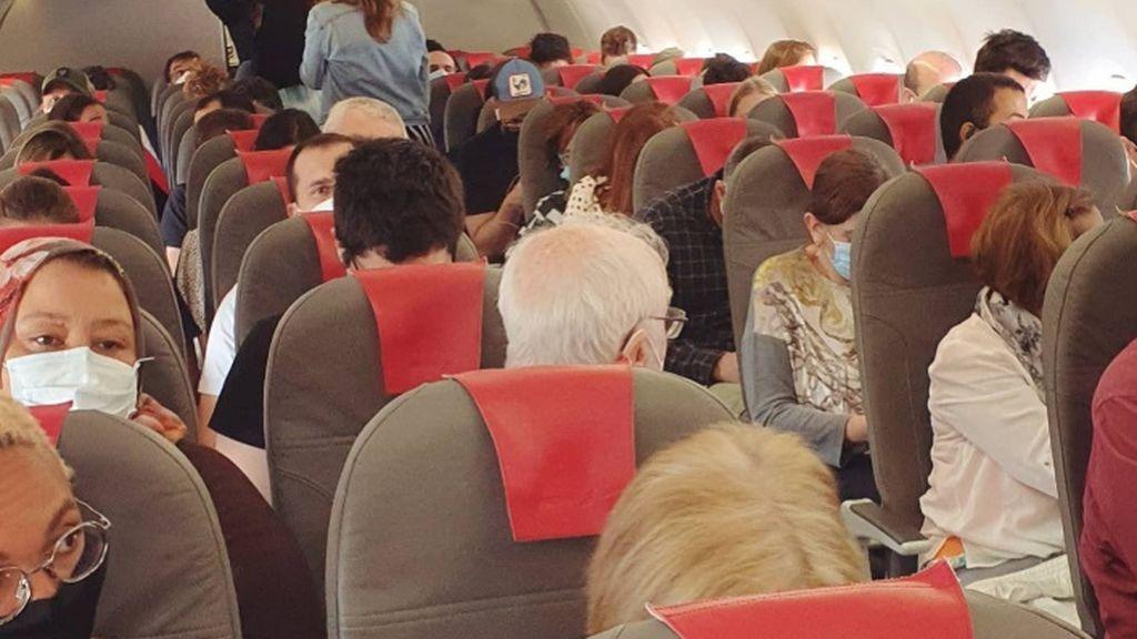 Codo con codo y sin control de temperatura: así viajaron los pasajeros de un vuelo de Coruña a Madrid
