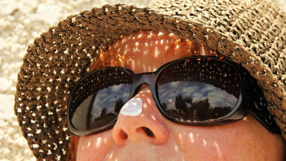 El sol en la playa y la piscina: los consejos para evitar problemas con la piel este verano